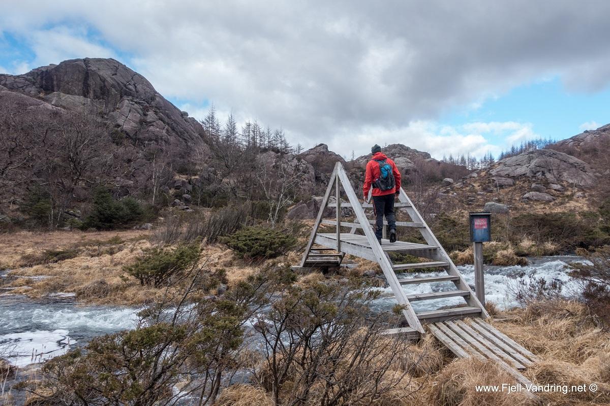 Fjellgården Homse - Solid trebro over utløpet av Homsevatnet