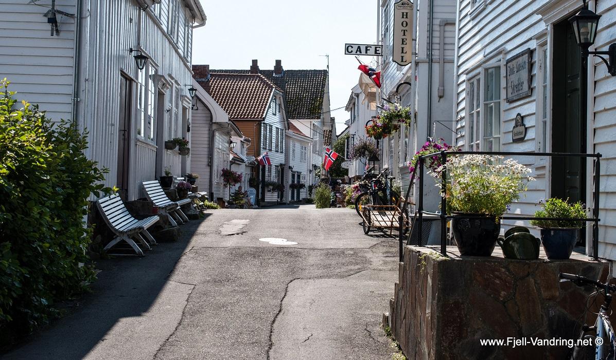 Årosåsen - Fotturen starter igjennom vakre Sogndalstrand