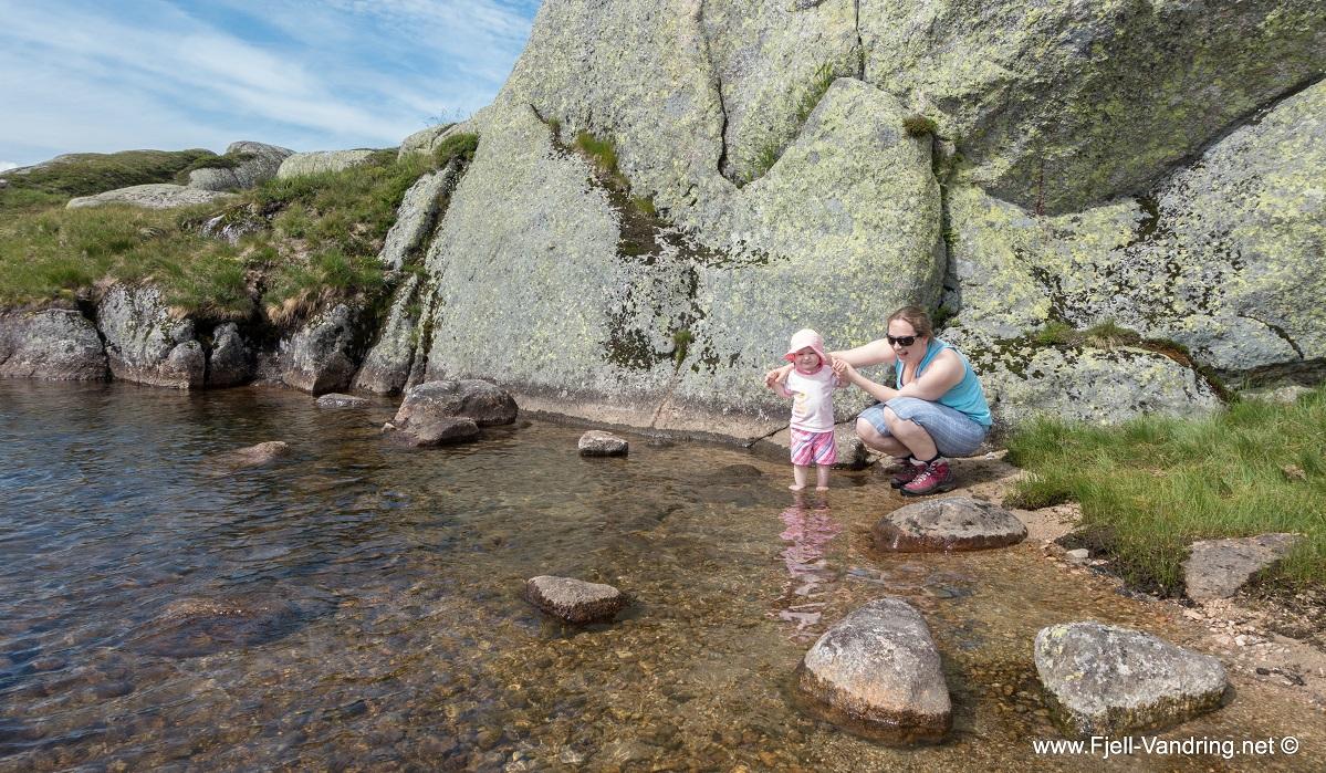 Børsteinen - Marikken vasser i vannet