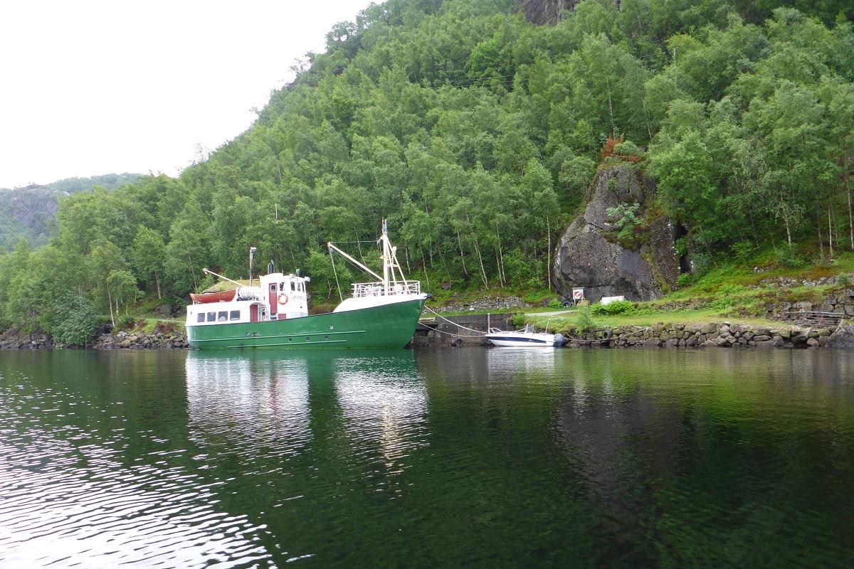 Ørsdalsvatnet - Vi passerer raskt M/K Ørsdølen