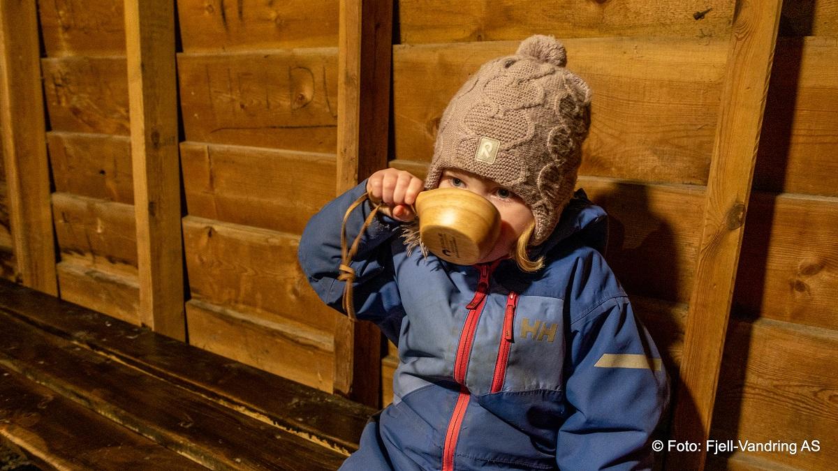 Salteskogen - Pernille prøver stolt den nye trekoppen sin