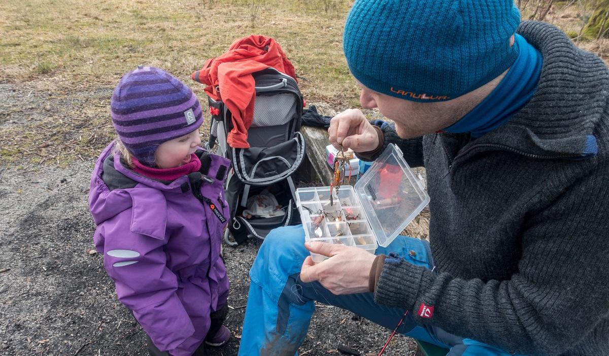 Alsvik Natursenter - Barna prøver fiskelykken