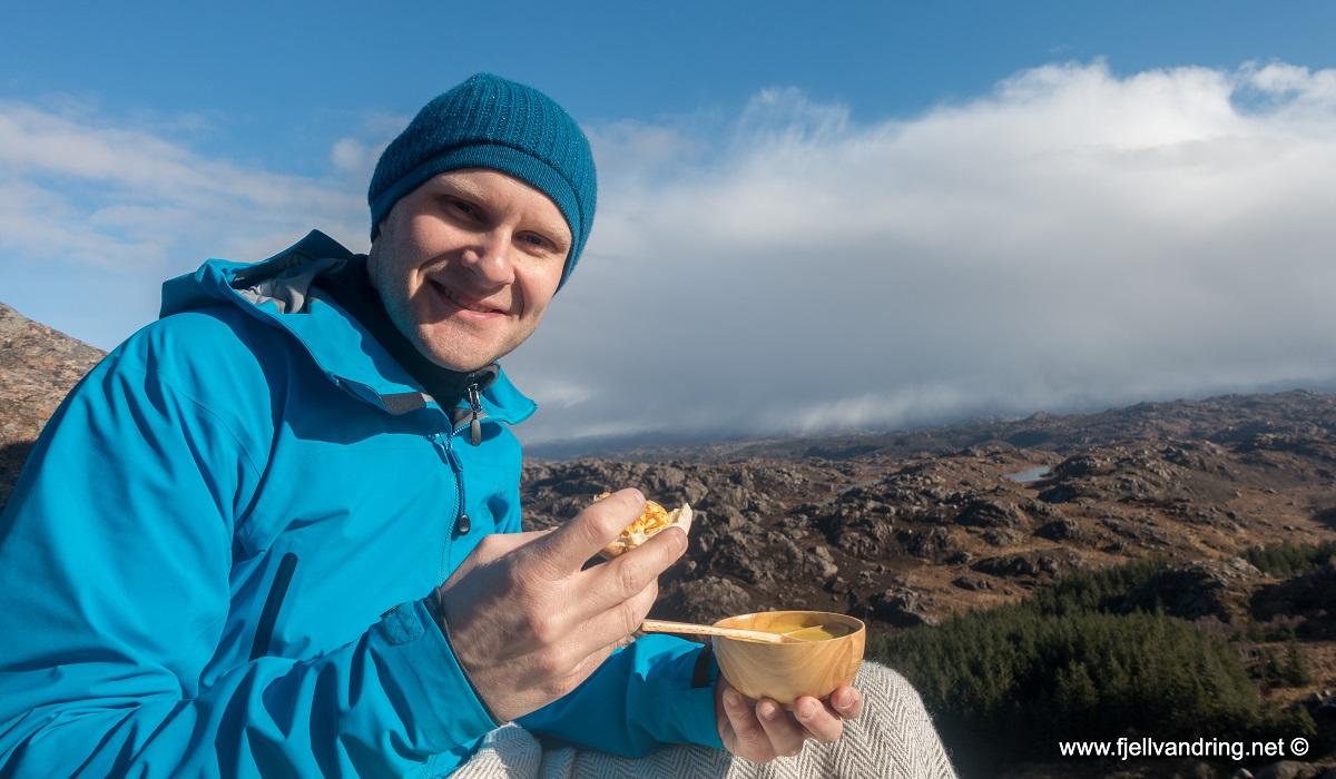 Bjørndalsnibå - Suppe og rundstykke smakte godt på toppen
