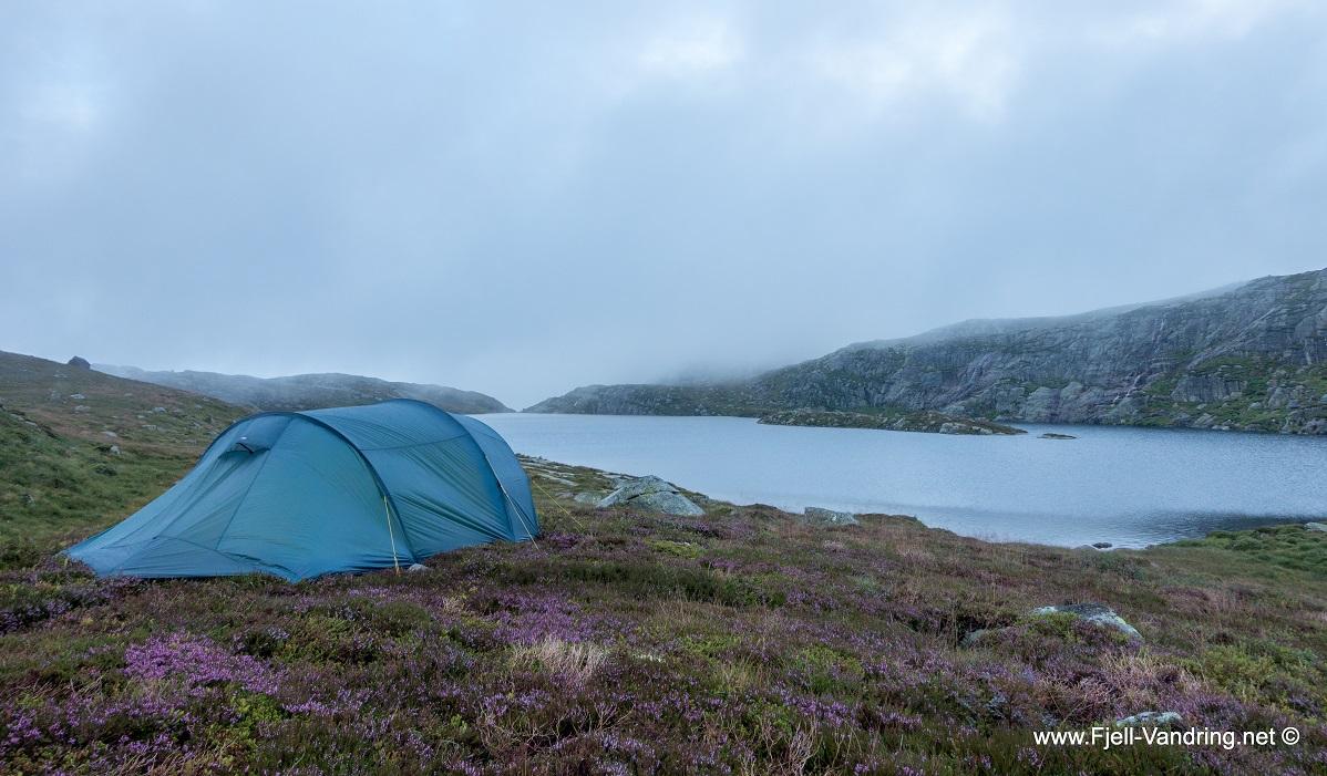 Bjørnvatnet - Vi finner et passende sted for å slå opp teltene