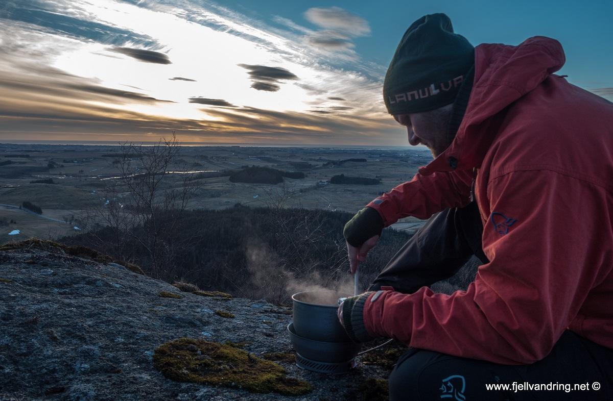 Blåfjellet - Vi kokkelerer på toppen og spiser kveldsmaten ute