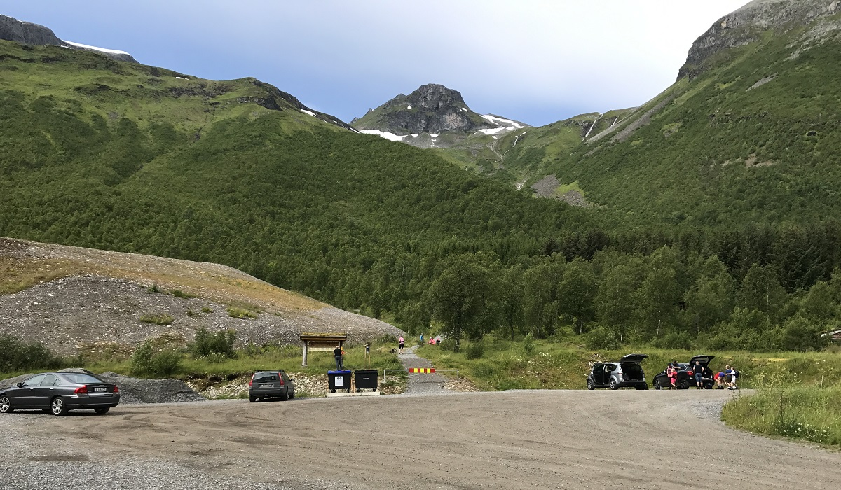 Den Trondhjemske postvei - Parkering på opparbeidet parkeringsplass nær Ljøtunnelen i Herdalen, Stranda.