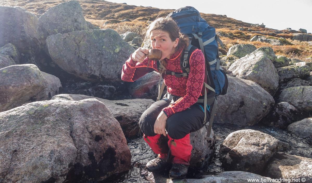 Flørlitrappene - Heidi drikker godt fjellvann
