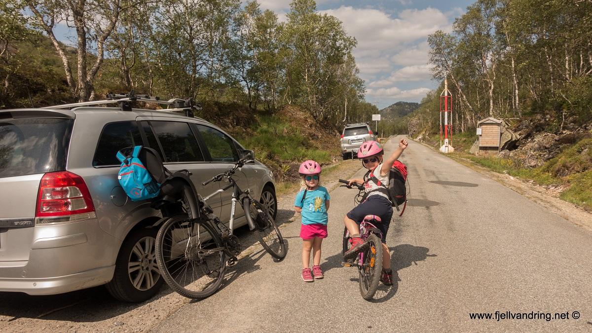 Grautheller turisthytte - Parkering ved stengt anleggsvei opp langs Flatstølåna i Ådneram.