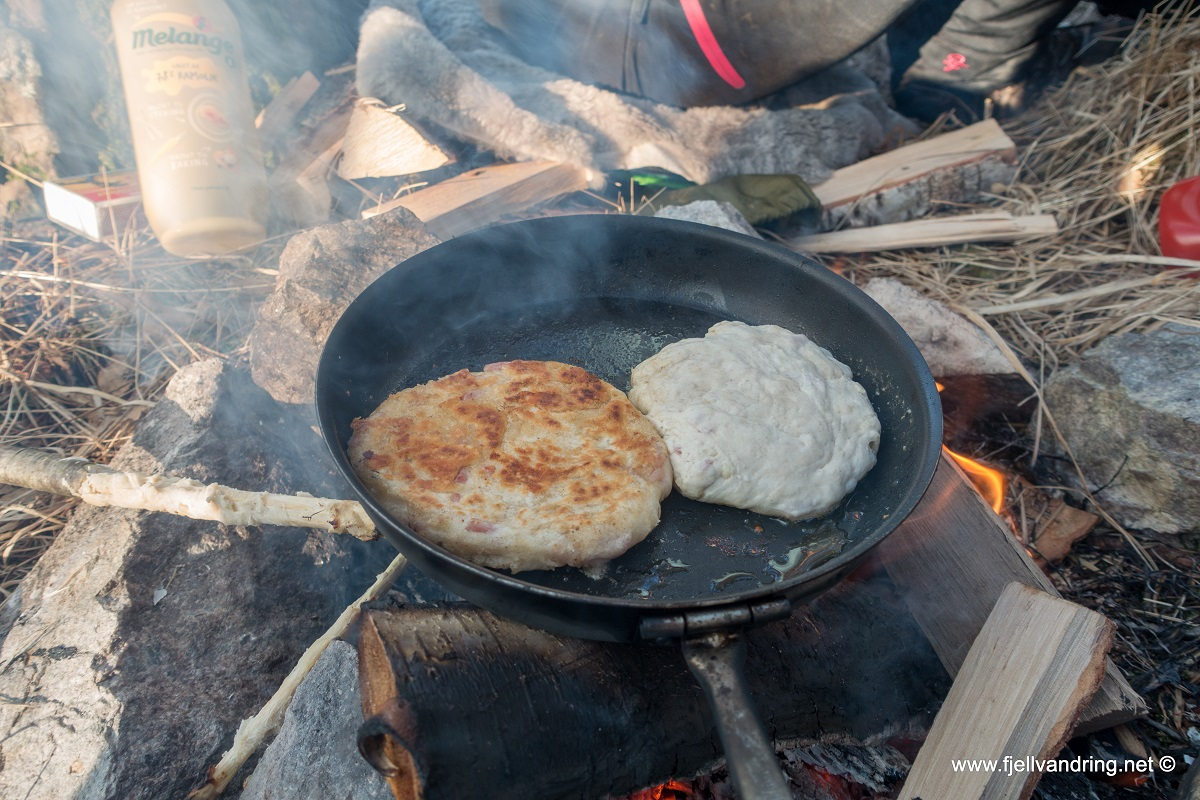 """Klypetjørna - Restene av pinnebrødet blir til """"pannebrød"""""""