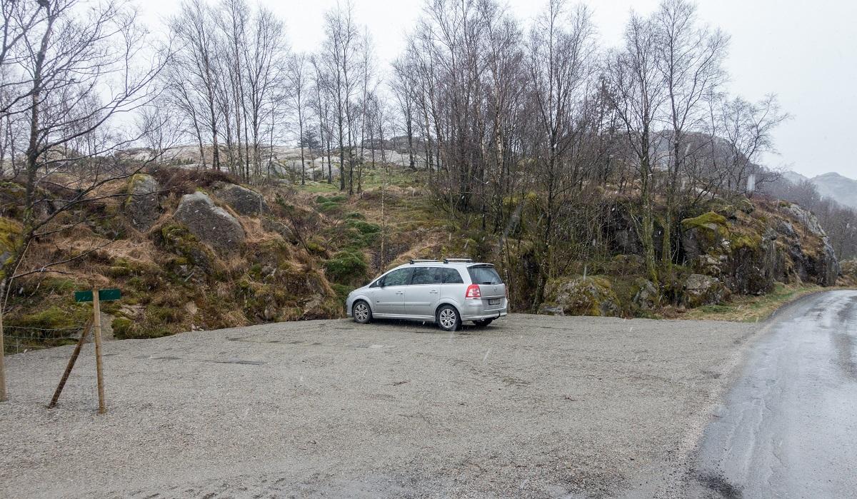 Lauvlia - Parkering på opparbeidet grusplass på Snorestad.