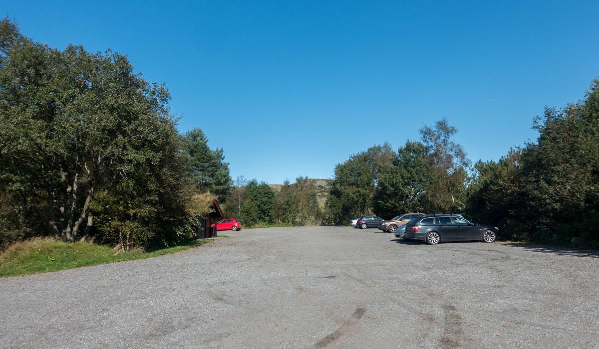 Melsvatnet - Parkering på opparbeidet parkeringsplass ved Melsvatnet langs Rv506.