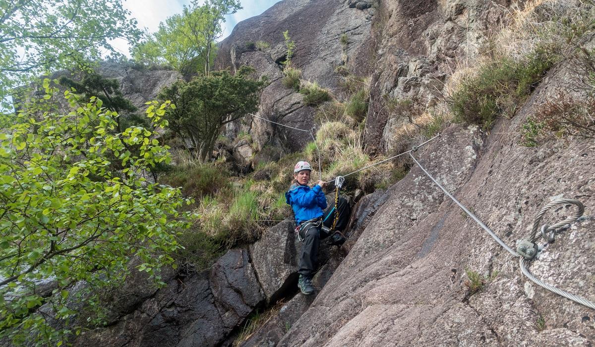 Migaren - Heidi klatrer ned mot slutten av løypa