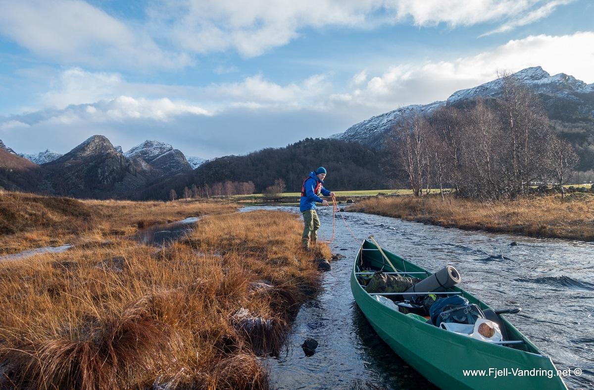 Mjåvatn - Vi gir kanoen litt drahjelp gjennom Grunnåna