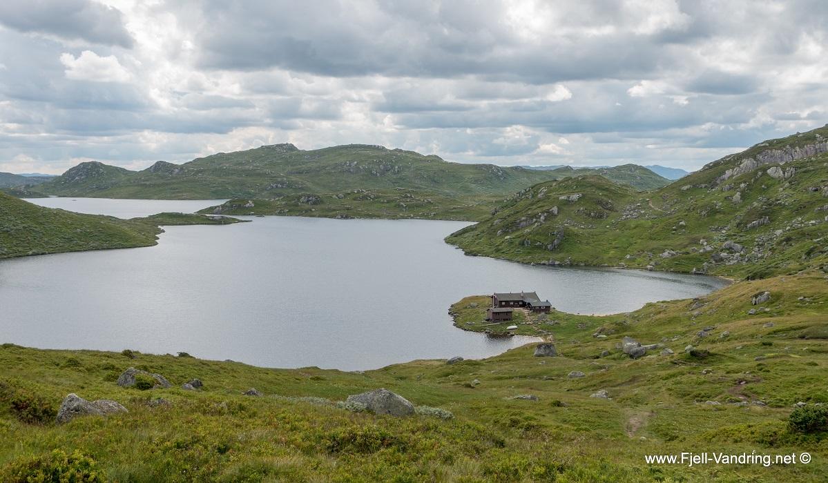 Øyuvsbu turisthytte - Like over bakketoppen ser en hytta der nede