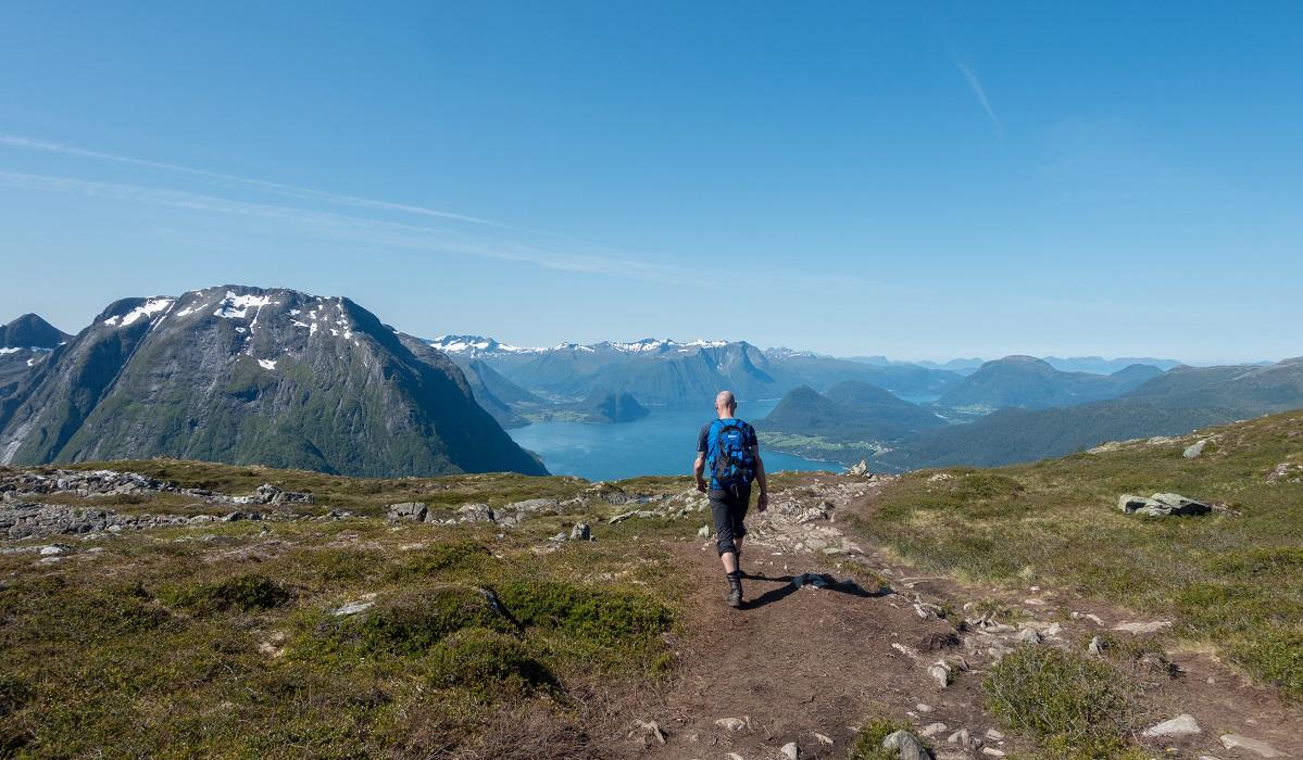 Romsdaleggen - Bjørn Tore på vei ned mot sentrum og Isfjorden