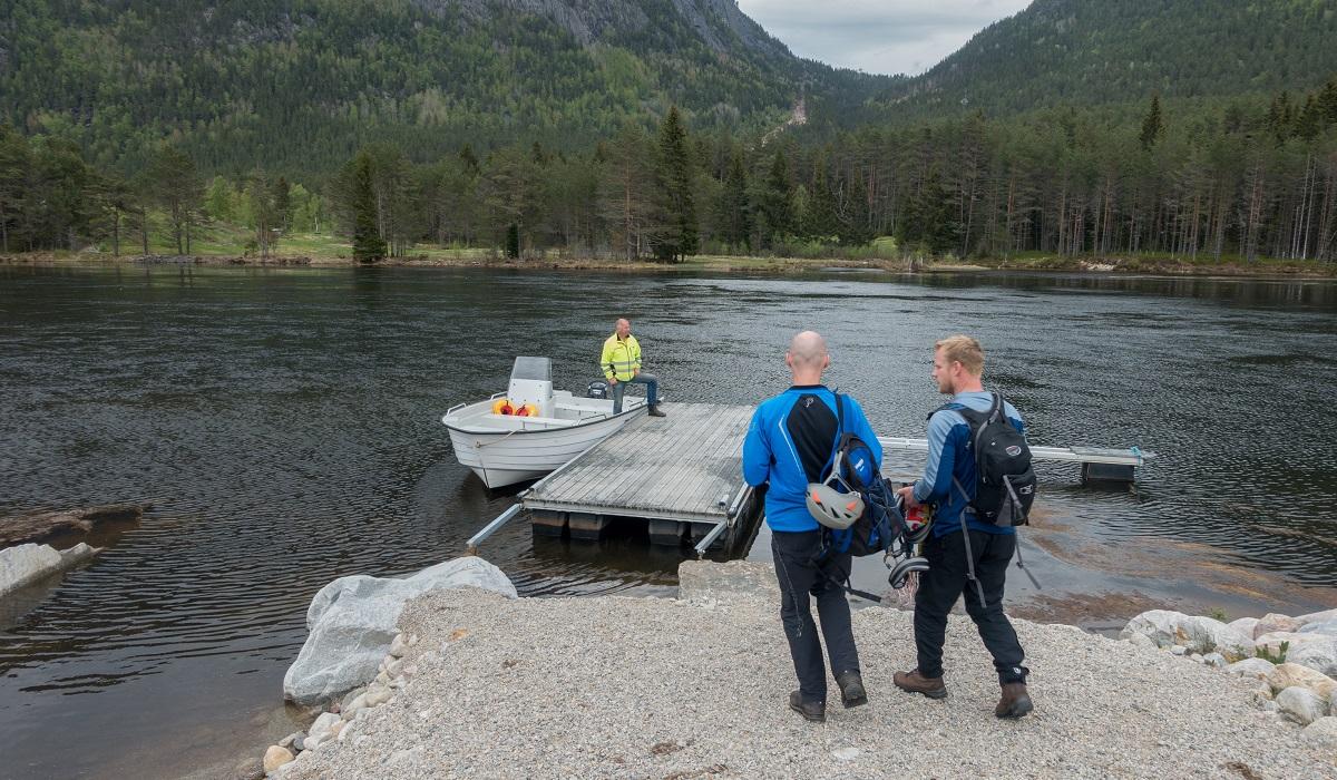 Via Ferrata Straumsfjellet - Vi blir kjørt over elva i båt