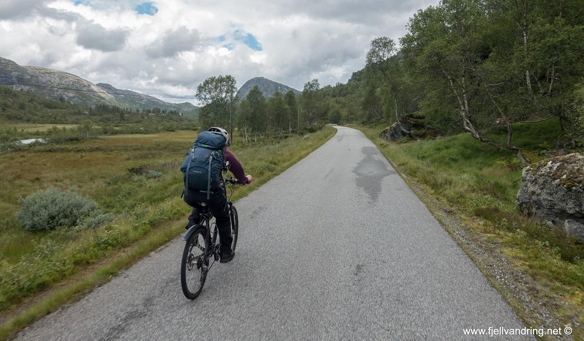 Taumevatn turisthytte - Turen starter med en 7 km lang sykkeltur
