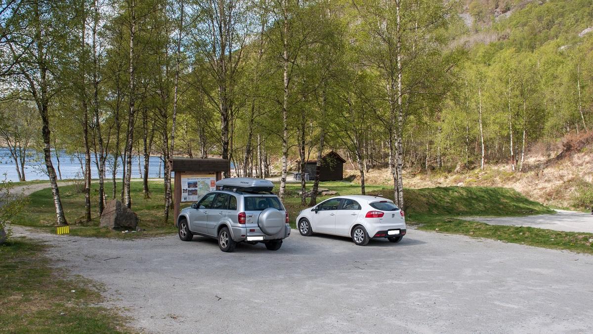 Parkering på opparbeidet p. plass i østlig ende av Tengesdalsvatnet, Sandnes kommune.