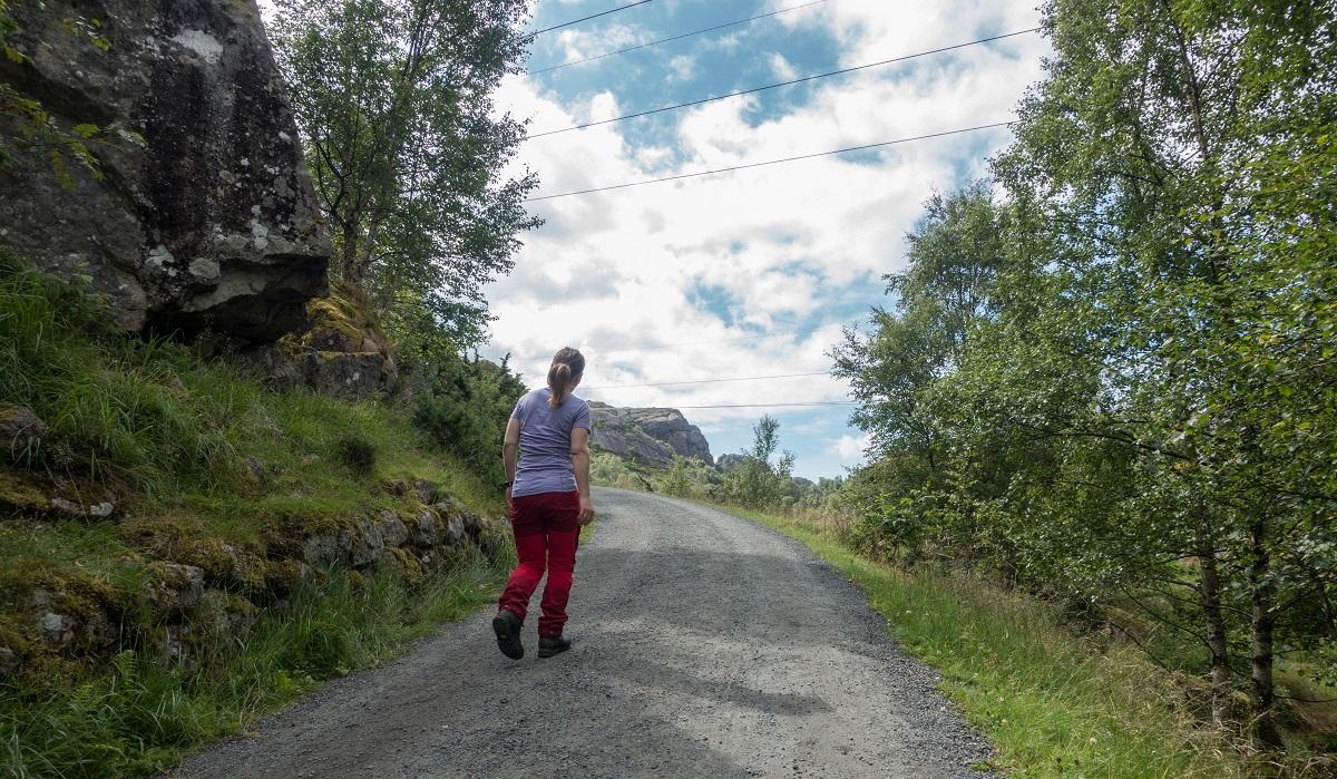 Trollpikken - Fotturen starter lett på asfalt/grusvei