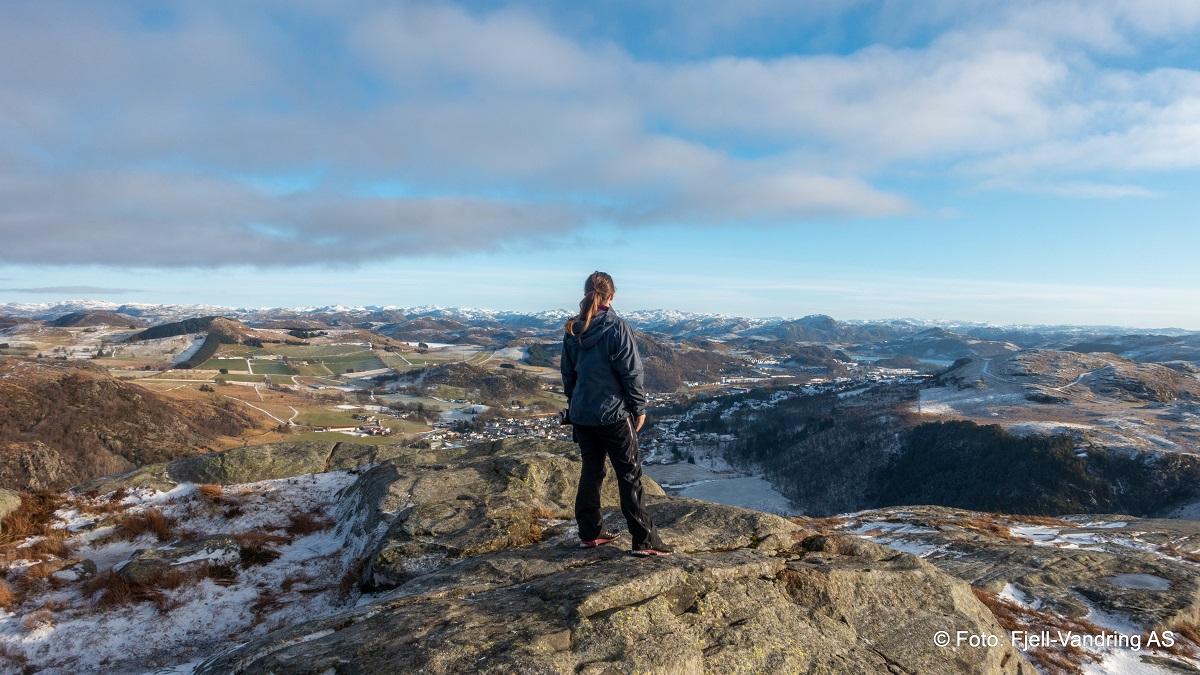 Åslandsnuten - Heidi studerer utsikten på toppen