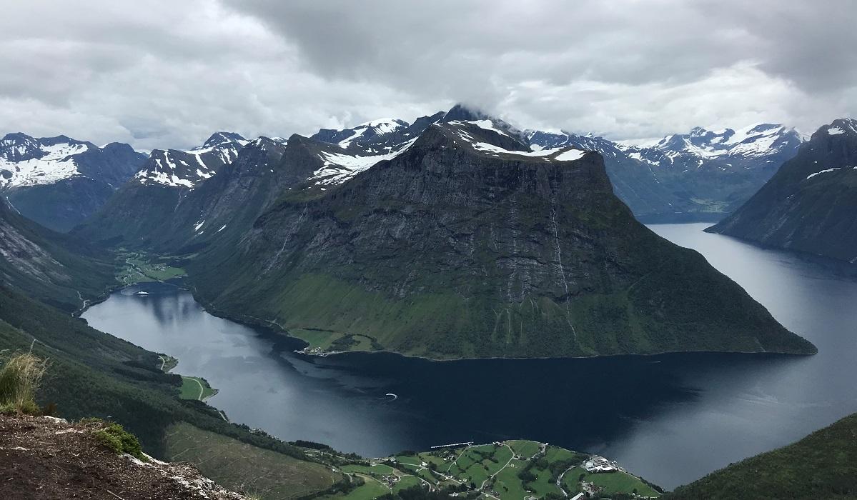 Slogen - Fra toppen ser en blant annet Norangsfjorden, Stålberghornet og Jakta